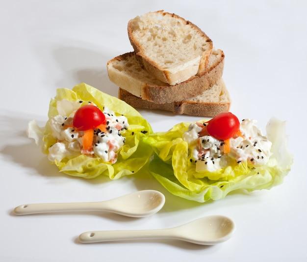 パンと新鮮なサラダ