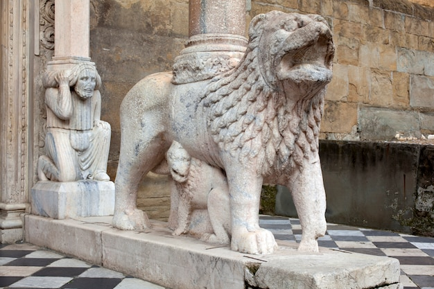 支柱を支えるライオンズ、サンタマリアマッジョーレ教会、
