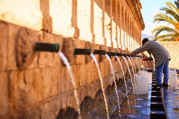 噴水の横にある男