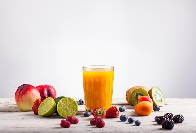フルーツジュースと様々な果物