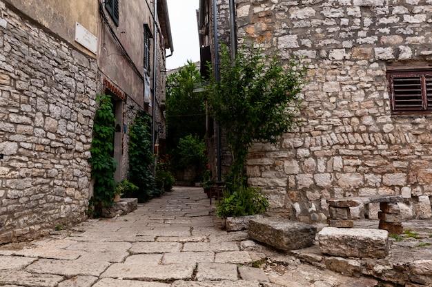 ヴィラ、バレ、クロアチアの典型的なイストリアの路地の眺め