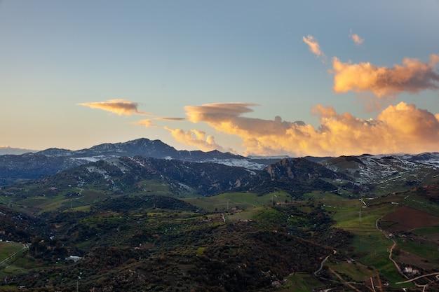 夕暮れの丘の眺め