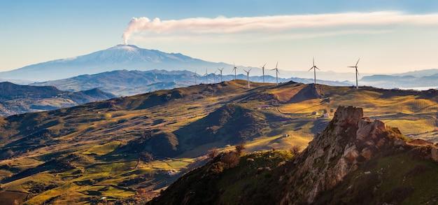 風車とエトナ火山の景色