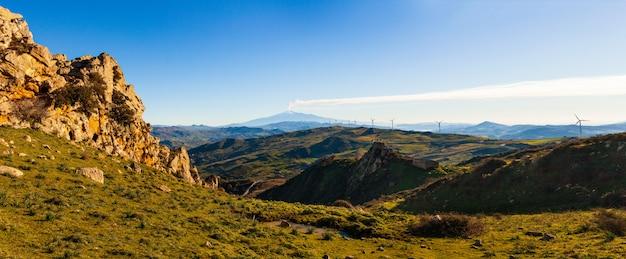 Сицилийская сельская местность с вулканом этна на заднем плане