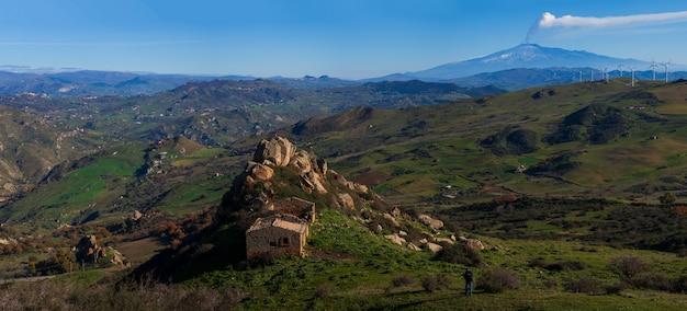 背景にエトナ火山とシチリアの田舎