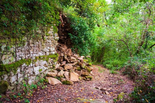 Сломанный сухой камень, иногда называемый сухим стеком или сухим станом