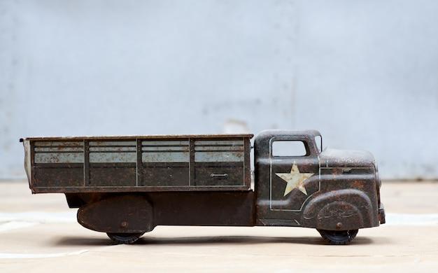 Игрушечный армейский грузовик