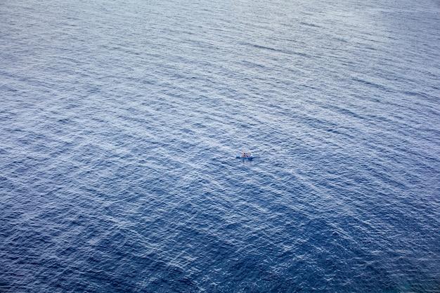 ランペドゥーサ島の海でカヌーをするカップル