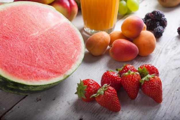 Арбуз и различные фрукты