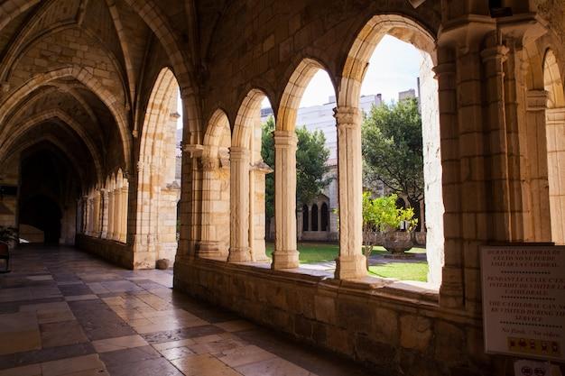 サンタンデール大聖堂のゴシック様式の回廊の眺め