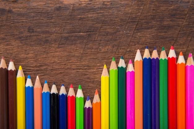 木製の背景に色鉛筆。クレヨン。色鉛筆。色鉛筆