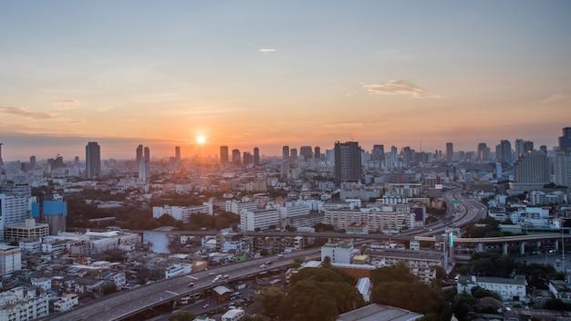 日の出時のバンコク市、ホテル、タイの首都の居住エリア。