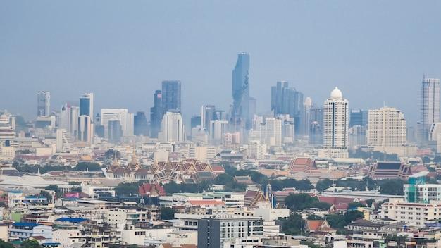 バンコク市街のスカイラインの街並み。バンコクのダウンタウンの車と産業による汚染。バンコクの気候変動の汚染