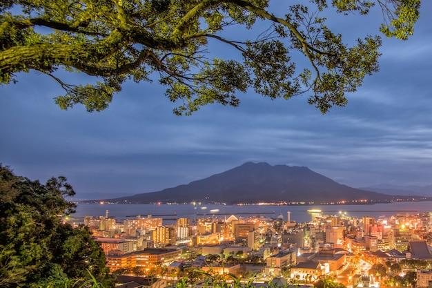 城山から見た夕暮れの桜島火山と鹿児島シティービュー