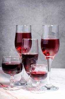 Винный сорт. бокалы с красным и белым скулить.