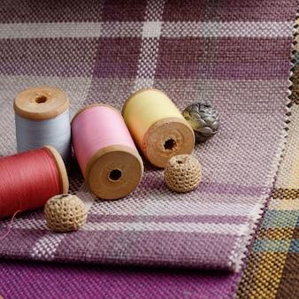 ミシン用品、針、カラフルな麻織物のヴィンテージはさみ