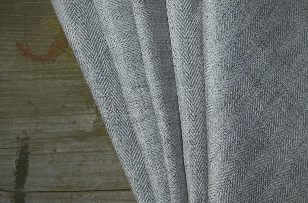 グレーのスーツ生地サンプル、ヴィンテージのハサミ、針。テーラースタッフの背景