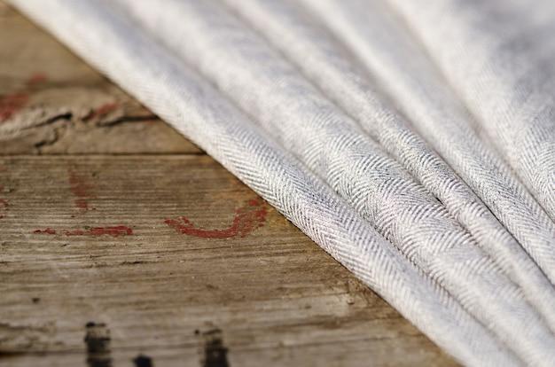グレーのスーツ生地サンプル、ヴィンテージのハサミ、針。テーラースタッフ