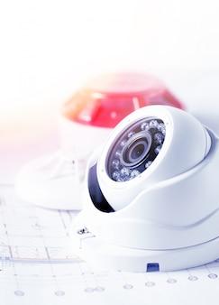 ビデオセキュリティ機器とテーブルの青写真。セキュリティサービスエンジニアリング会社に最適