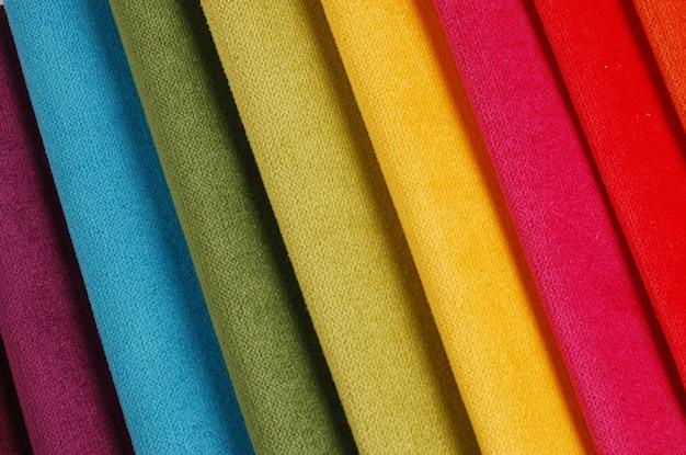カラフルなベロア織物サンプルの明るいコレクション。ファブリックのテクスチャ背景