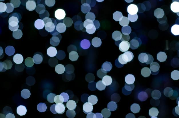 花綱の抽象的なボケ味は、暗い背景に点灯します。
