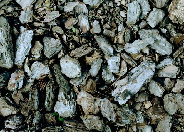 砕いた木の樹皮。ガーデニングデザインの装飾のための細断された茶色の松の木の樹皮