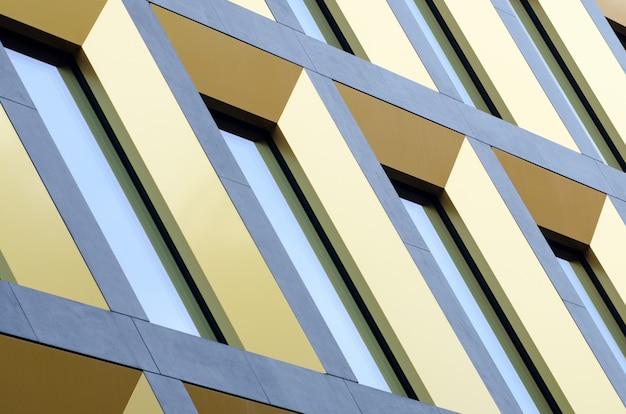 Геометрическая часть фасада здания. современная архитектура коммерческих стен зданий и окон из стекла.