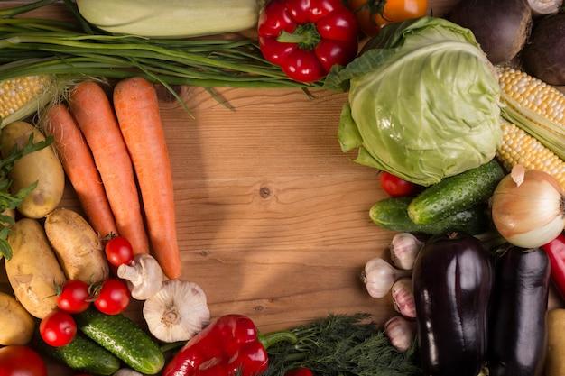 Ассортимент свежих сырых овощей на деревянном столе. здоровая пища вид сверху фон с пустого пространства.