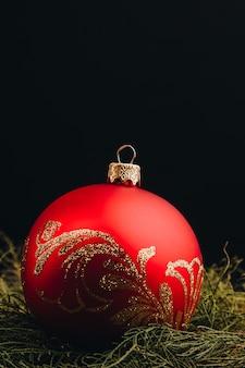 Рождественская новогодняя декоративная композиция. взгляд сверху рамки ветвей и шариков ели на деревянной предпосылке