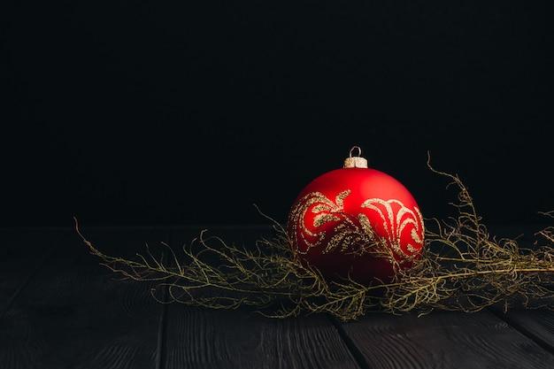 クリスマス新年装飾組成。木製の背景に毛皮木の枝とボールフレームのトップビュー
