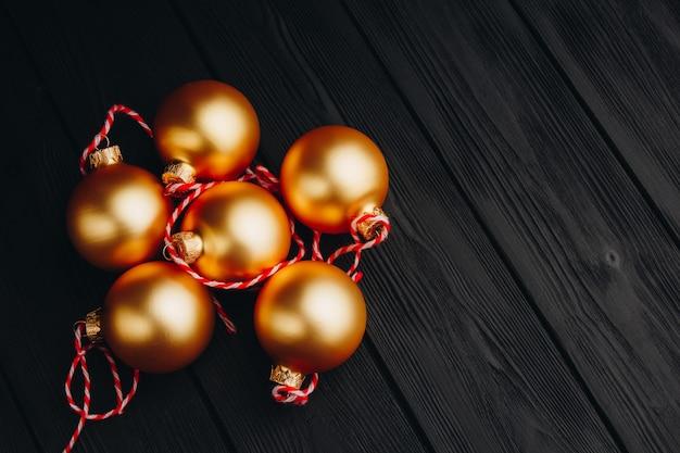 Цветные рождественские украшения на черный деревянный стол. рождественские шары на деревянных фоне.