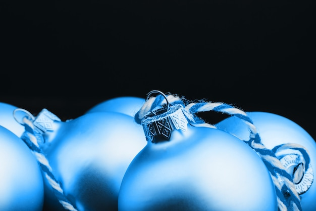 黒い木製のテーブルの色のクリスマスの装飾。木製の背景にクリスマスボール。