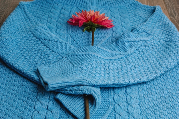 Картина красочного связанного крупного плана свитеров. изделие из шерсти мериноса ручной работы. стек сложенную одежду с цветами.