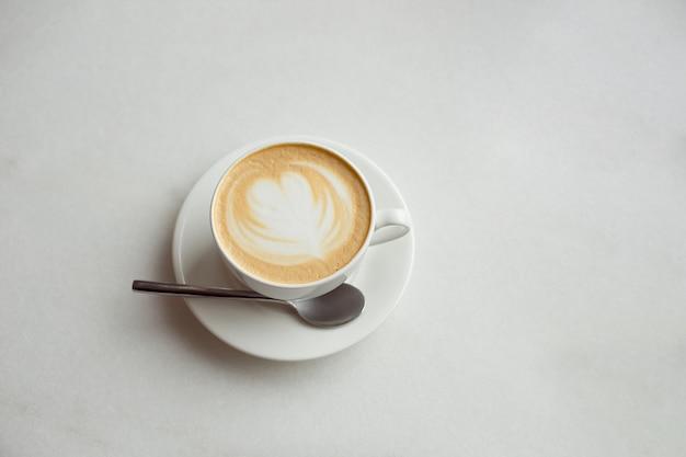 テーブルの上のコーヒーの白いカップ