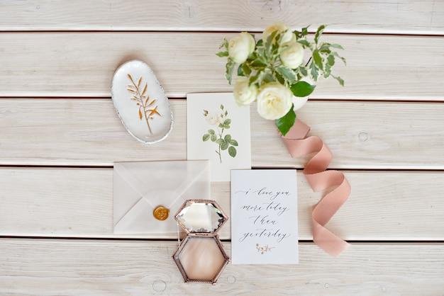 木製のテーブルの装飾と結婚式の招待カード。素朴な結婚式のオーバーヘッドビュー。フラット横たわっていた、トップビューの結婚式の招待カードテンプレート。