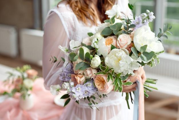 花嫁は彼女の美しい自由奔放に生きる花ブーケシックな自由奔放に生きる結婚式の雑誌やウェブサイト、ボヘミアン、ファッション、花屋、その他の関連テーマを披露