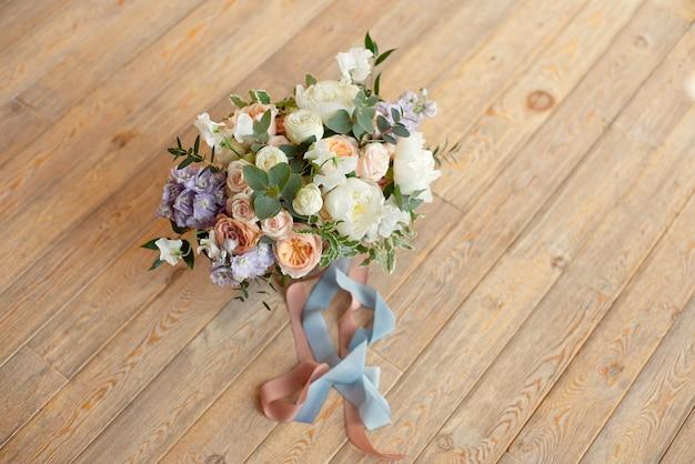 クローズアップ花束バラ牡丹フリージアナデシコ花丸い白い床の屋内