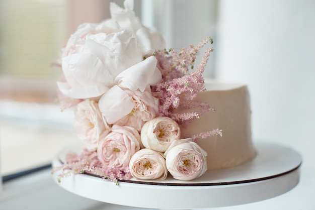 生花で飾られた、白い裸のケーキ、スタイリッシュなケーキ