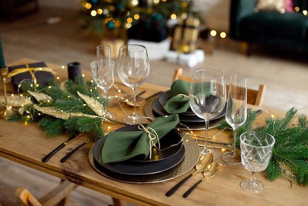 Стол подается на рождественский ужин в гостиной, вид крупным планом, сервировка стола, рождественские украшения
