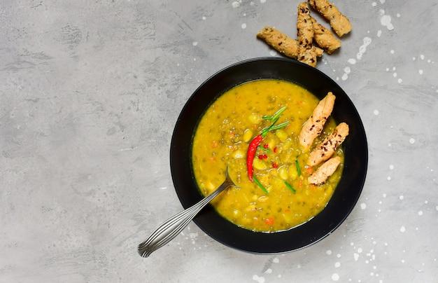 Гороховый суп с курицей и зеленой фасолью с хлебными палочками с перцем чили и зеленым луком, рецепт азиатской кухни
