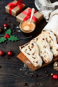 木製のテーブルにスライスした新年のシュトーレン。オーストリア料理とドイツ料理のレシピ。ヨーロッパのクリスマス