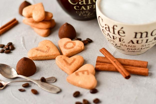 Две большие чашки кофе и печенье в форме сердца. романтический завтрак, романтический день святого валентина
