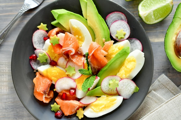 Салат с авокадо, лососем, яйцом и редисом