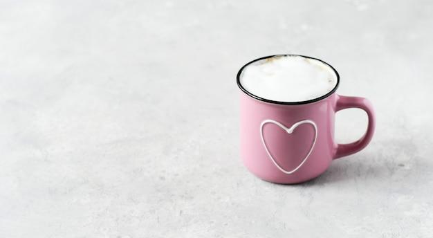 Розовая чашка капучино