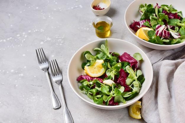 Полезный салат с зелеными листьями шпината