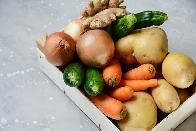Чаша с овощами на сером фоне