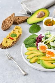 アボカド、グリーンケール、卵、ほうれん草のケトダイエットサラダ。食物