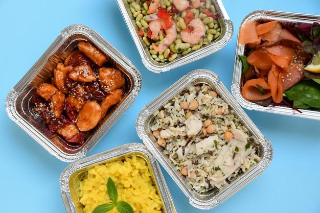 食品配達。健康的な食事の自然食品と異なるアルミ容器。上面図