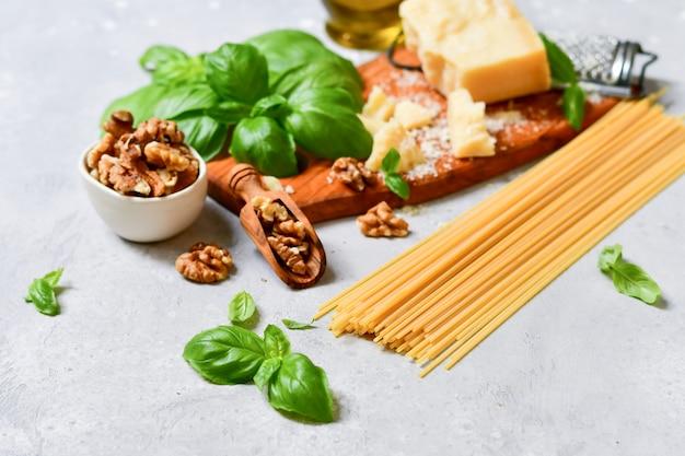ペストと伝統的なイタリアのパスタのための原料