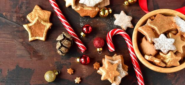 キャンディーと星の装飾金の形をしたクリスマスのクッキー